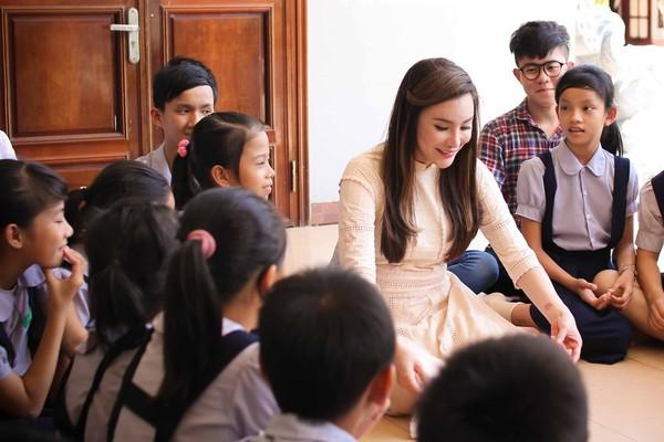Hồ Quỳnh Hương tất bật vào bếp nấu ăn cho các em nhỏ 13