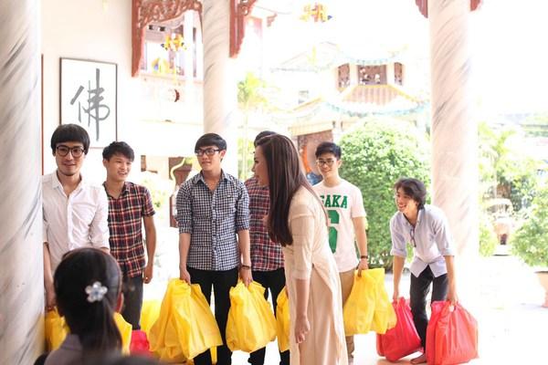 Hồ Quỳnh Hương tất bật vào bếp nấu ăn cho các em nhỏ 14