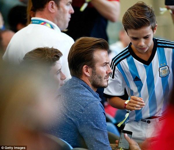 Bố con David Beckham đẹp như tài tử trên sân cỏ 5