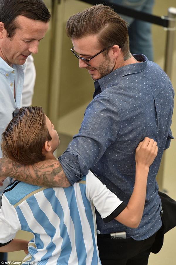 Bố con David Beckham đẹp như tài tử trên sân cỏ 6