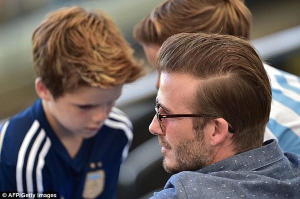 Bố con David Beckham đẹp như tài tử trên sân cỏ 8
