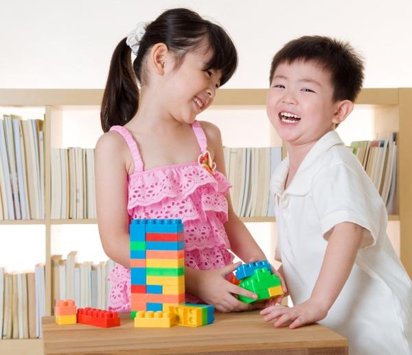 Kết quả hình ảnh cho Có nên bắt trẻ nhường đồ chơi?