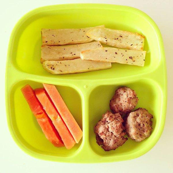 Thịt viên chiên, nui, củ cải và măng tây luộc