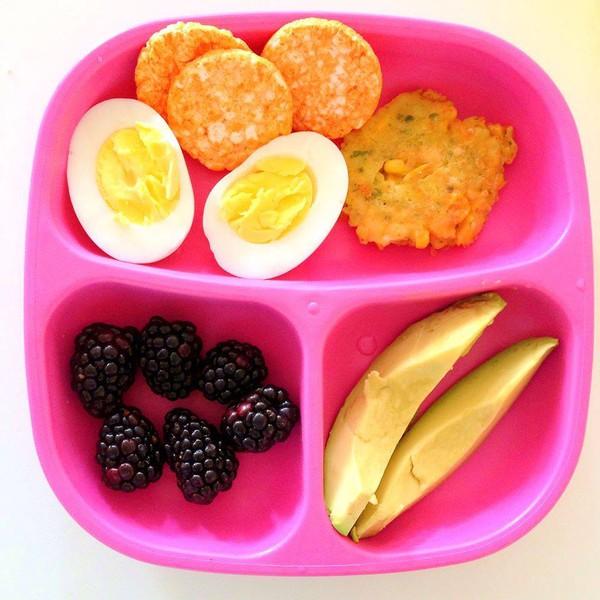 Bánh ngô nướng, trứng luộc, trái bơ, bánh gạo và quả mâm xôi