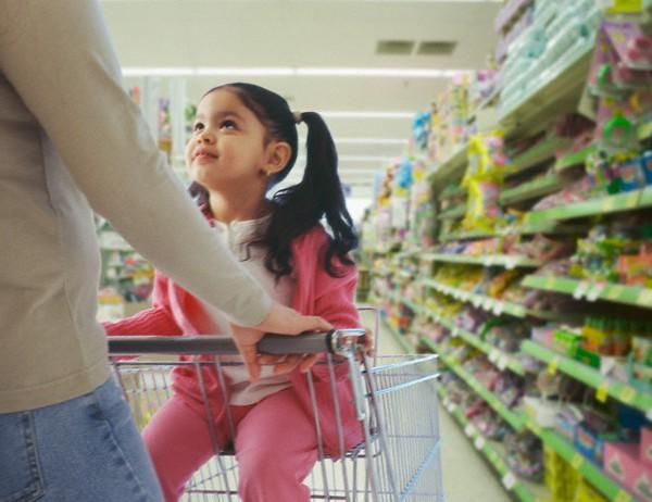 Bé đi siêu thị với mẹ