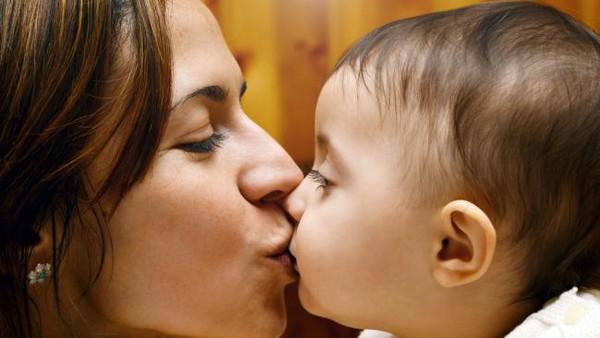 Hôn môi con