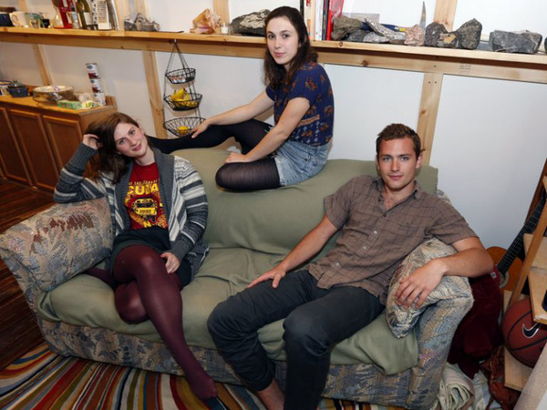 Ít tiền nên mua thanh lý chiếc sofa cũ xấu xí bốc mùi, 3 bạn trẻ bàng hoàng phát hiện bí mật giấu trong chiếc ghế - Ảnh 4.