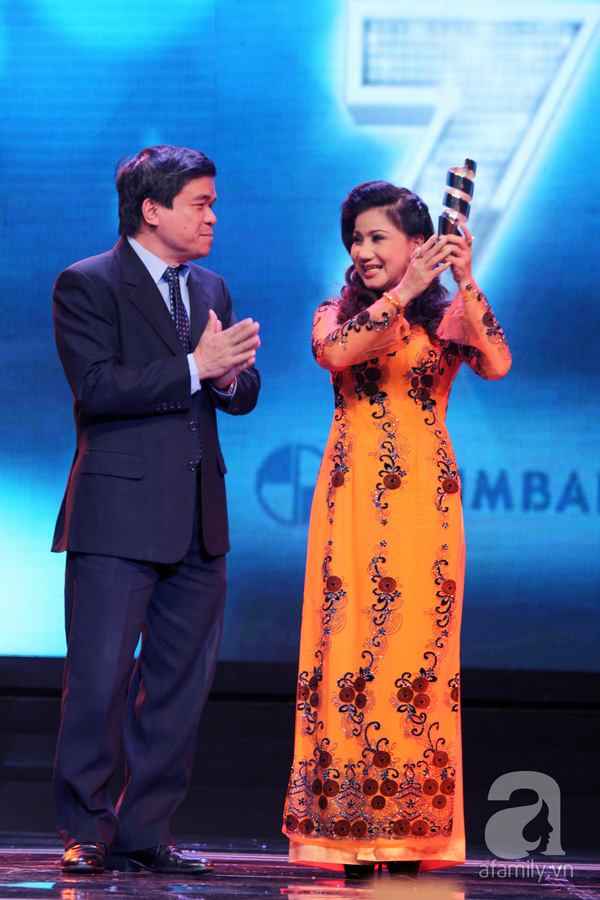 Hoài Linh đoạt cú đúp tại HTV Awards 2013 18