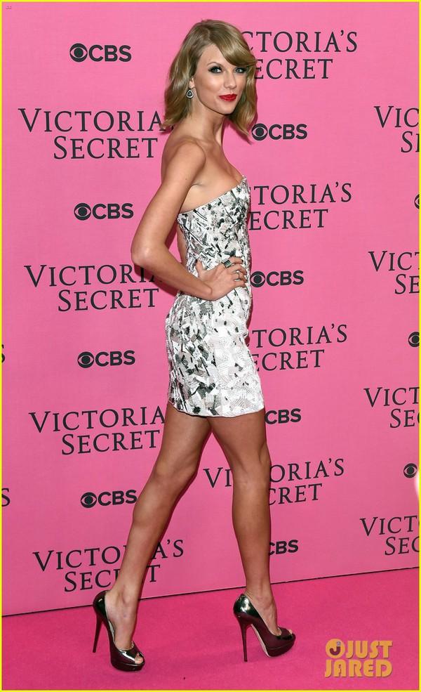 Ngọc Trinh & Khánh My cũng xuất hiện trên thảm đỏ Victoria's Secret Show 26