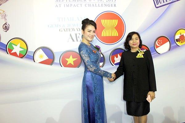 Lý Nhã Kỳ ấn tượng tại Hội nghị kim hoàn Thái Lan 1