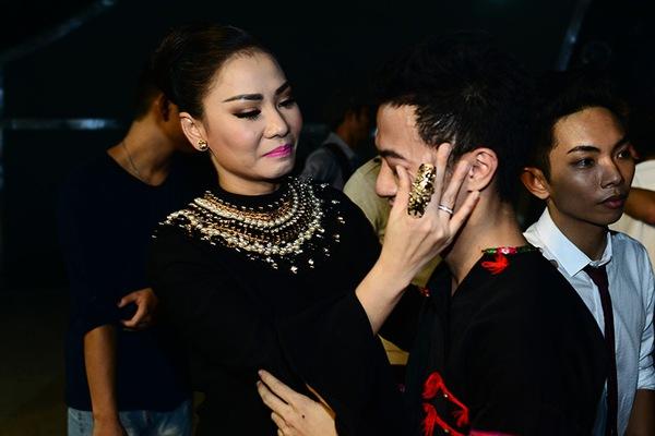 Thu Minh ân cần lau nước mắt cho thí sinh bị loại 11