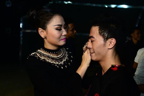 Thu Minh ân cần lau nước mắt cho thí sinh bị loại 12