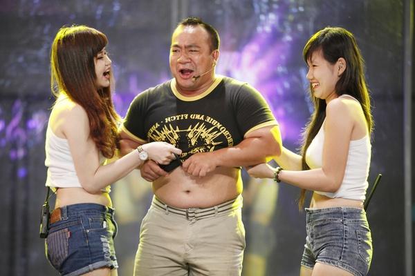 Hiếu Hiền bị lột áo ngay trên sân khấu