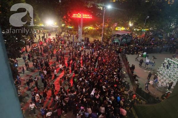 Hàng nghìn người đổ ra đường, hồi hộp ngóng phút giao thời chào 2016