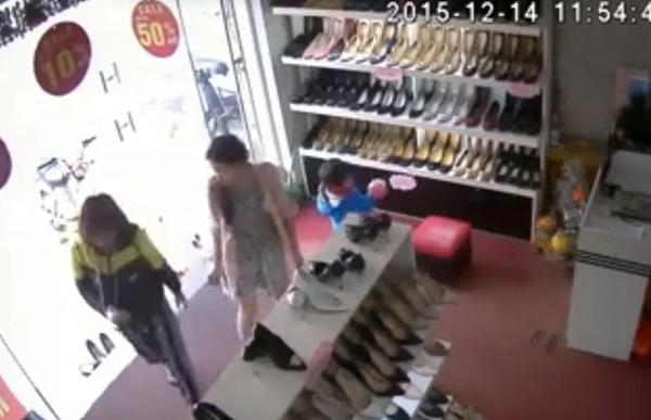 Mẹ giả mua đồ để con trai 3 tuổi trộm tiền trong cửa hàng