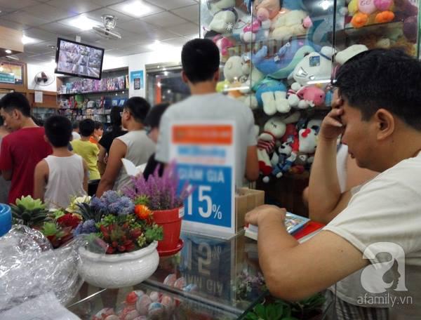 Xếp hàng trong đêm mua sách giáo khoa, đồ dùng học tập cho con em nhập học