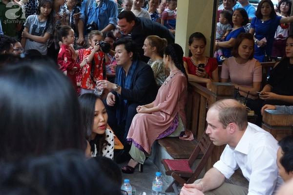 Hoàng tử Anh William thưởng thức cafe vỉa hè Hà Nội cùng Xuân Bắc, Hồng Nhung, Thanh Bùi