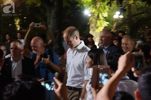 Hoàng tử Anh William ngày đầu đến Việt Nam: Đi bộ trên phố cổ, chơi với trẻ em và uống cà phê vỉa hè