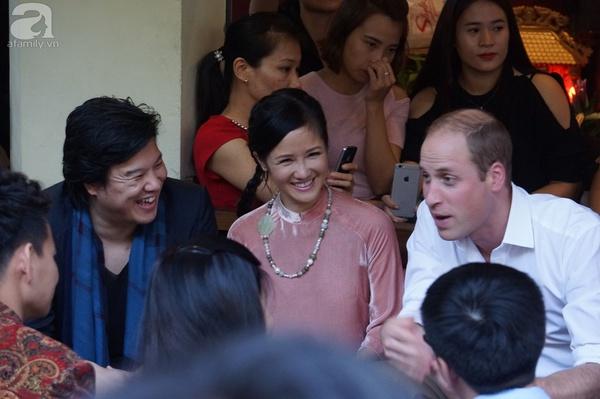 Hoàng tử Anh William thưởng thức cafe vỉa hè Hà Nội cùng Xuân Bắc, Hồng Nhung