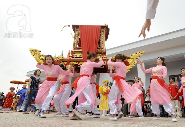 Độc đáo trinh nữ rước kiệu xoay hội làng Thổ Khối 3