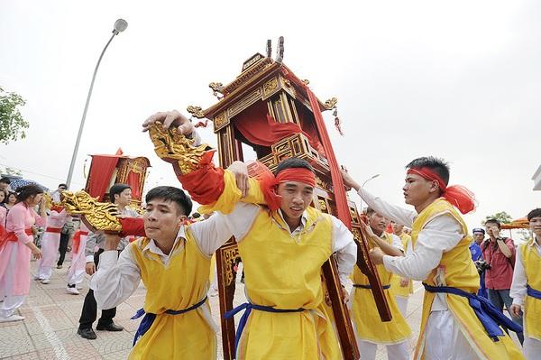 Độc đáo trinh nữ rước kiệu xoay hội làng Thổ Khối 8