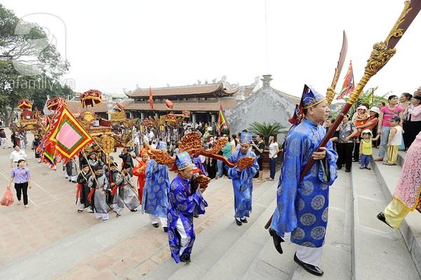 Độc đáo trinh nữ rước kiệu xoay hội làng Thổ Khối 11