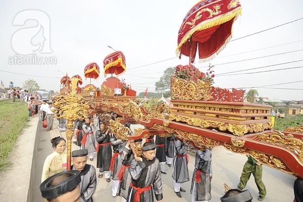 Độc đáo trinh nữ rước kiệu xoay hội làng Thổ Khối 12