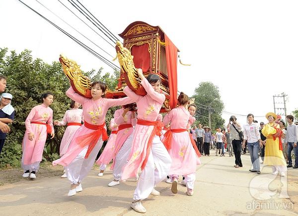 Độc đáo trinh nữ rước kiệu xoay hội làng Thổ Khối 1