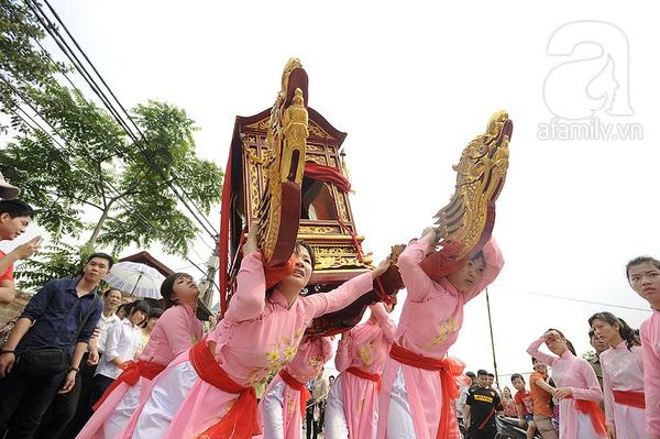 Độc đáo trinh nữ rước kiệu xoay hội làng Thổ Khối 4