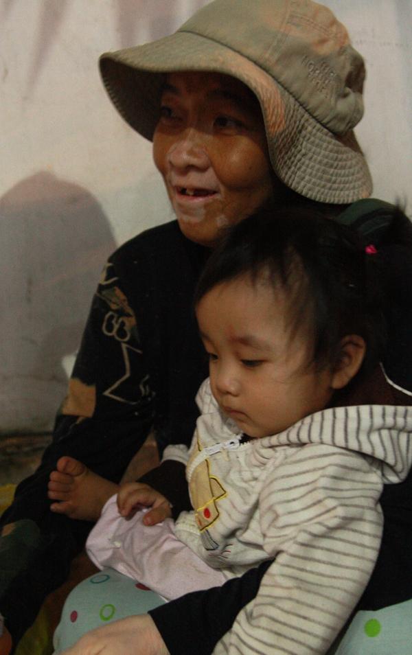 Bố qua đời, mẹ và bé gái 9 tháng tuổi ở vỉa hè, nhặt ve chai kiếm sống  2