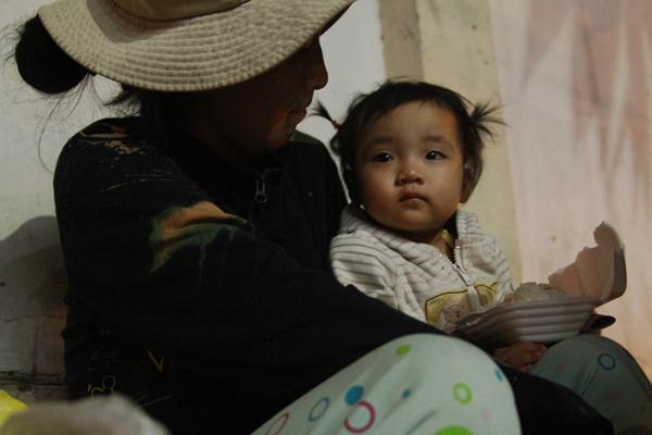 Bố qua đời, mẹ và bé gái 9 tháng tuổi ở vỉa hè, nhặt ve chai kiếm sống  7