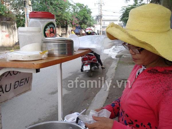 Sài Gòn: Ấm lòng gói xôi đậu đen xứ Quảng 7