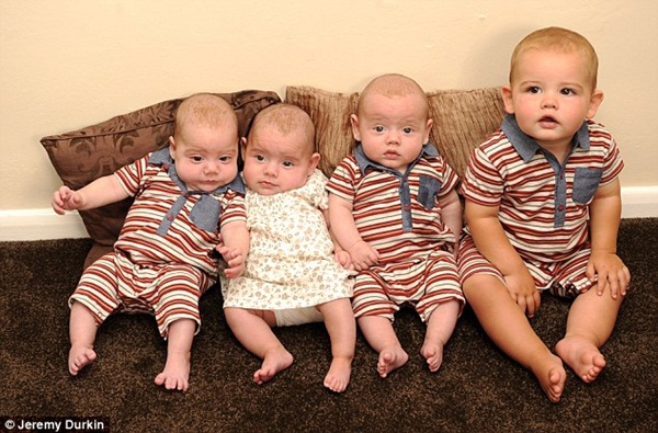 Cuộc sống bị đảo lộn của bà mẹ sinh 4 đứa con trong một năm 2