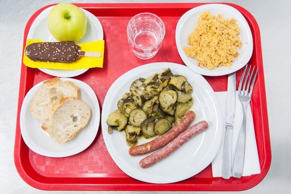 Cận cảnh bữa ăn trưa hấp dẫn của trẻ em Pháp ở trường tiểu học 10