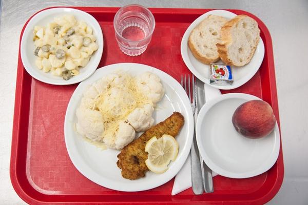 Cận cảnh bữa ăn trưa hấp dẫn của trẻ em Pháp ở trường tiểu học 11
