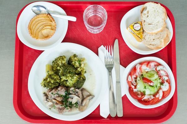 Cận cảnh bữa ăn trưa hấp dẫn của trẻ em Pháp ở trường tiểu học 8