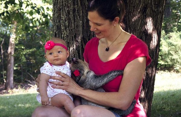 Bộ ảnh đáng yêu về tình bạn của cô bé 5 tháng tuổi và chú thú lười  4