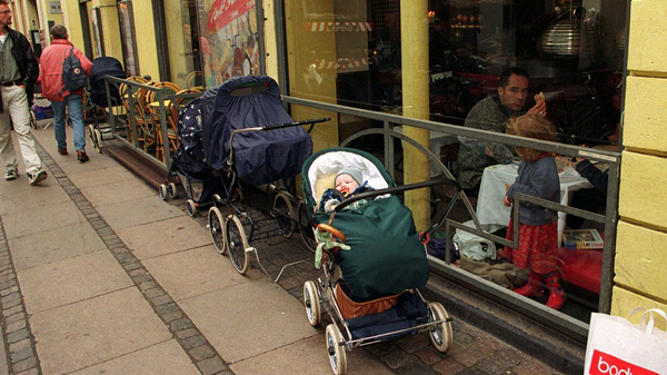 Mẹ Nhật cho con 4 tuổi tự đi tàu điện, mẹ Na Uy để con ngủ ngoài trời âm độ 2