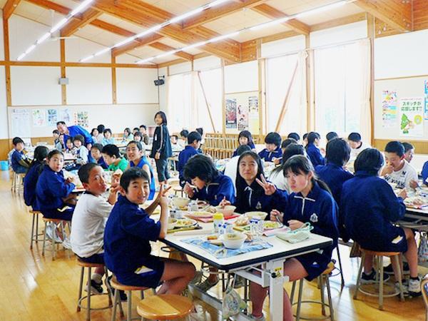 Bữa trưa ở trường của trẻ em Nhật và những điều thú vị ít người biết 1