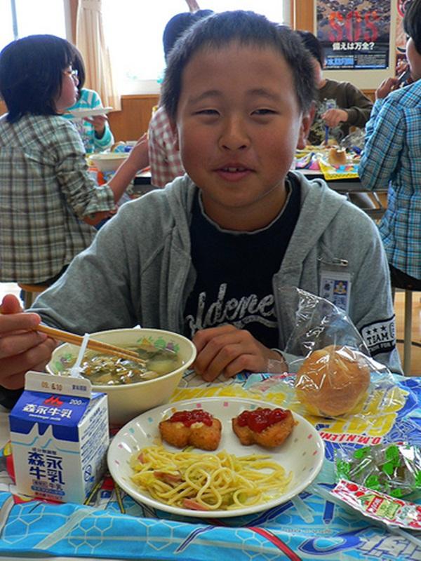Bữa trưa ở trường của trẻ em Nhật và những điều thú vị ít người biết 3