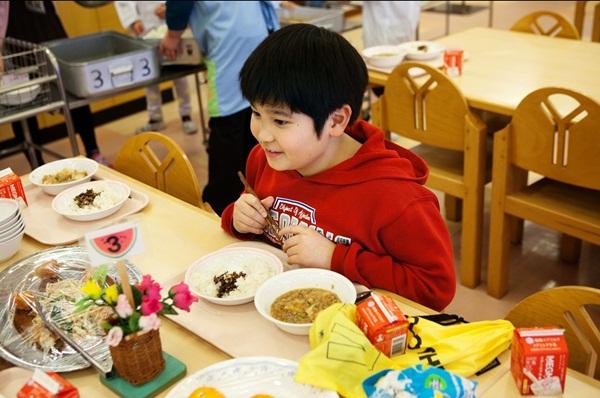 Những bài học trẻ em Nhật Bản được dạy từ bữa ăn trưa ở trường 10