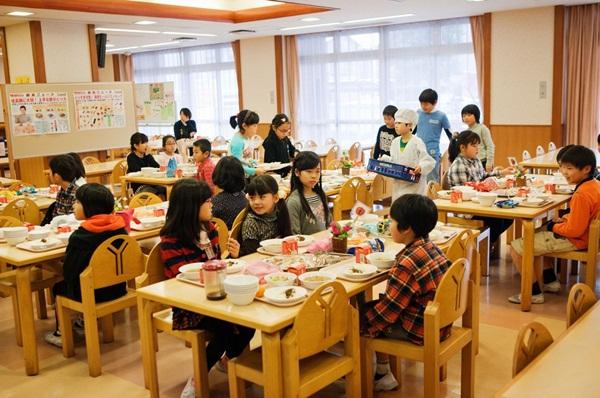 Những bài học trẻ em Nhật Bản được dạy từ bữa ăn trưa ở trường 12