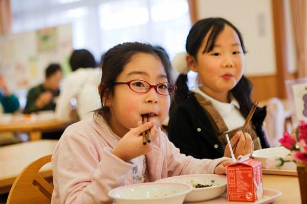 Những bài học trẻ em Nhật Bản được dạy từ bữa ăn trưa ở trường 13