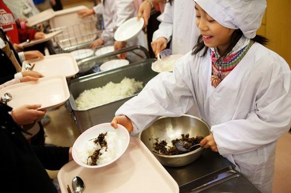 Những bài học trẻ em Nhật Bản được dạy từ bữa ăn trưa ở trường 8