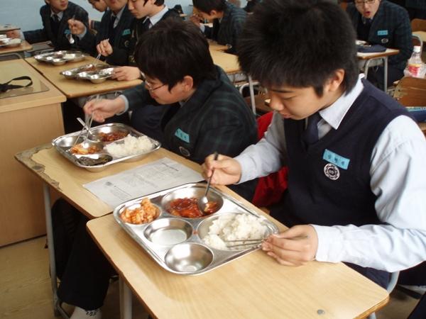 Những điều thú vị về bữa trưa ở trường của trẻ em Hàn Quốc 3
