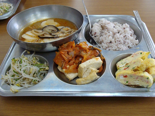 Những điều thú vị về bữa trưa ở trường của trẻ em Hàn Quốc 6
