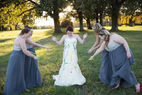 """Bị chú rể bỏ rơi, cô dâu """"nghịch bẩn"""" váy cưới 3"""