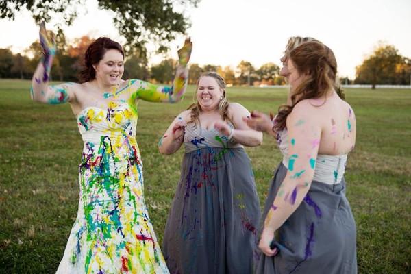 """Bị chú rể bỏ rơi, cô dâu """"nghịch bẩn"""" váy cưới 6"""