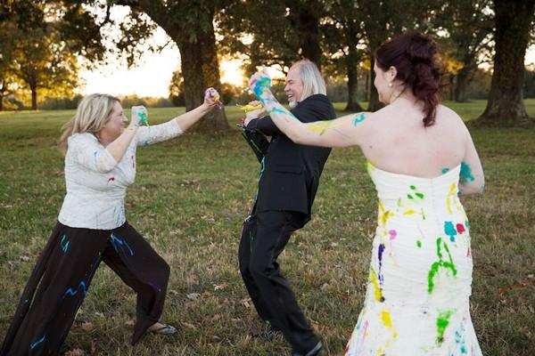 """Bị chú rể bỏ rơi, cô dâu """"nghịch bẩn"""" váy cưới 8"""