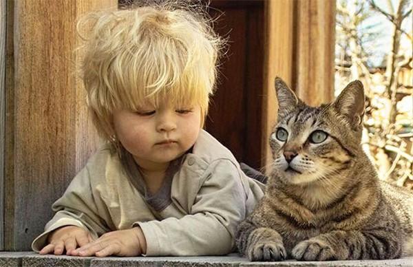 Chùm ảnh bé bắt chước động tác của thú cưng siêu đáng yêu 7